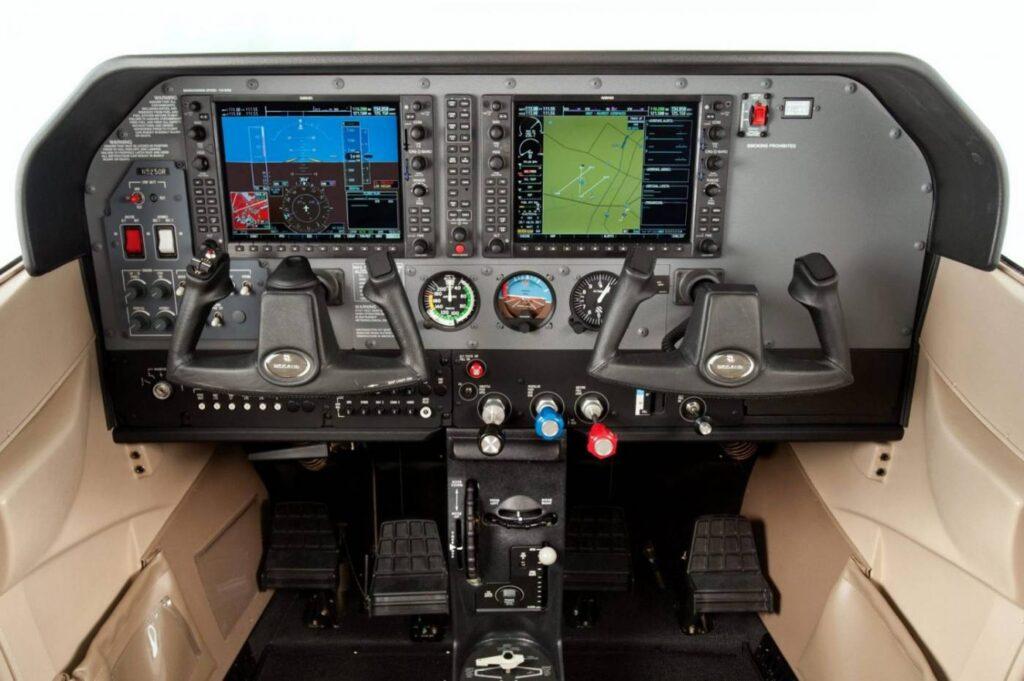 Mesmo tendo G1000 os instrumentos analógicos estão presentes.
