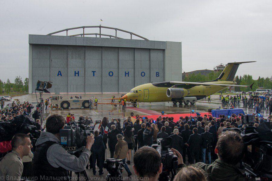 Cerimônia do primeiro voo acompanhada de um grande público