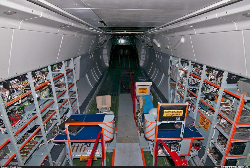 Interior do An-178 com os equipamentos de teste