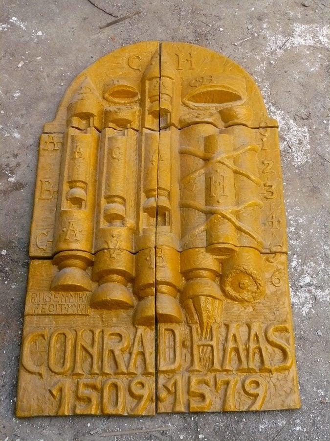 Monumento que está na entrada da Biblioteca da Universidade de Bucareste em homenagem a Conrad Hass.