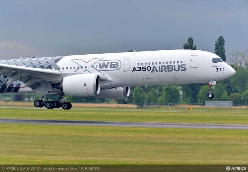 PAS_2015_day_4_flight_demo_A350_XWB_landing
