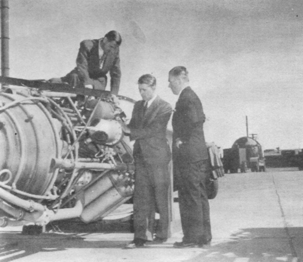 Von Braun trabalhando nos motores do V2.