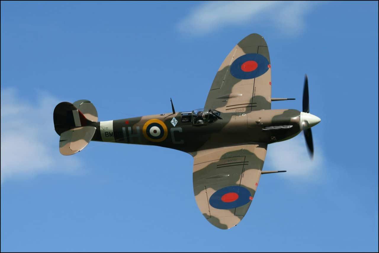 Na oto um Spitfire e sua característica asa elíptica. Observe como o ângulo  do bordo de ataque tem ângulo variável de acordo com a posição. a361639878