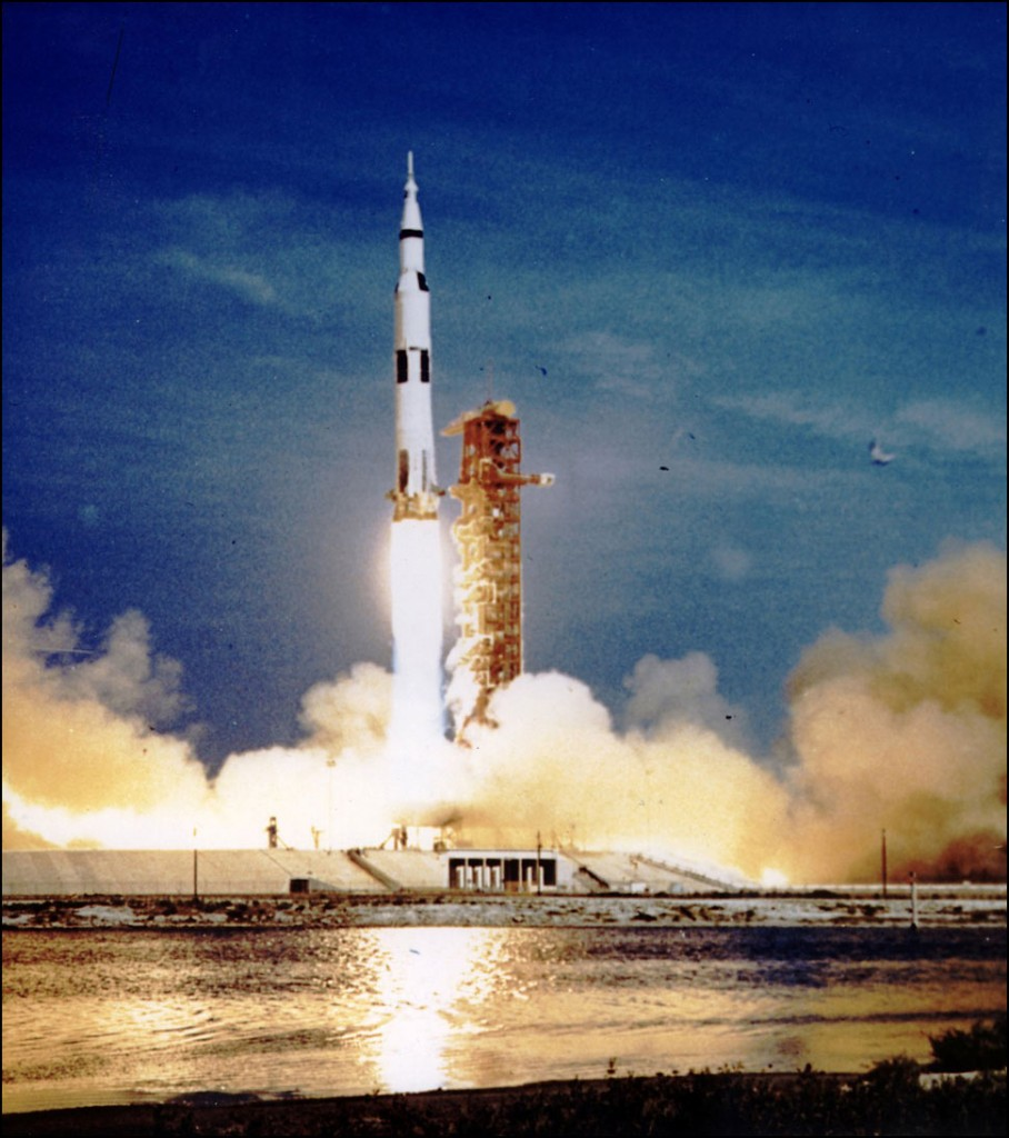Saturn V partindo.