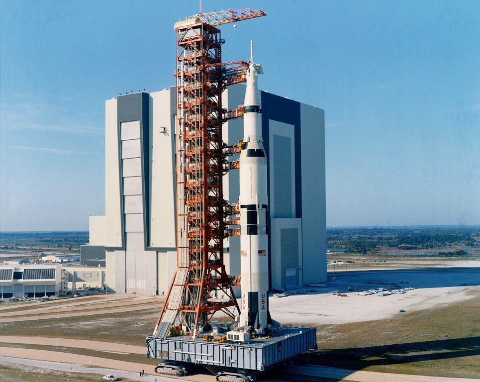 Compare com os carros abaixo e veja tamanho que era um Saturn V.