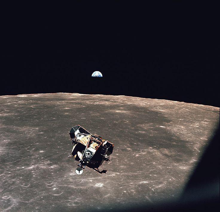Módulo lunar descendo para pouso na Lua, momento onde começa a ter o problema de sobrecarregamento de hardware.