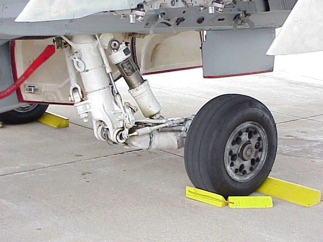 Esquema por amortecedor hidropneumático em uma aeronave.
