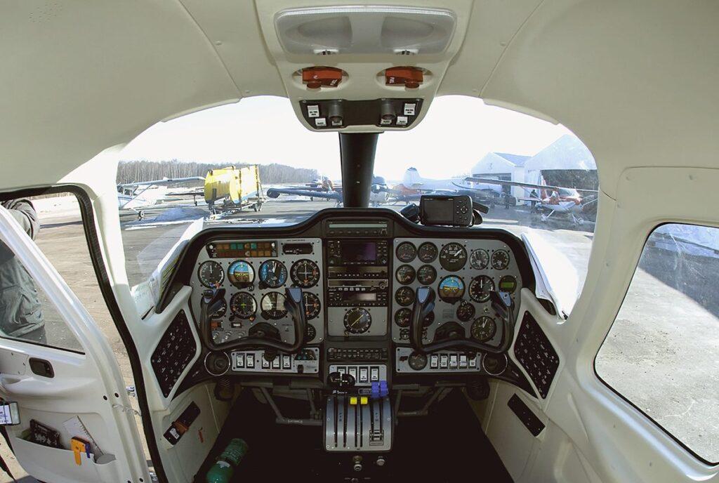 Cockpit com instrumentos analógicos, famosos reloginhos.