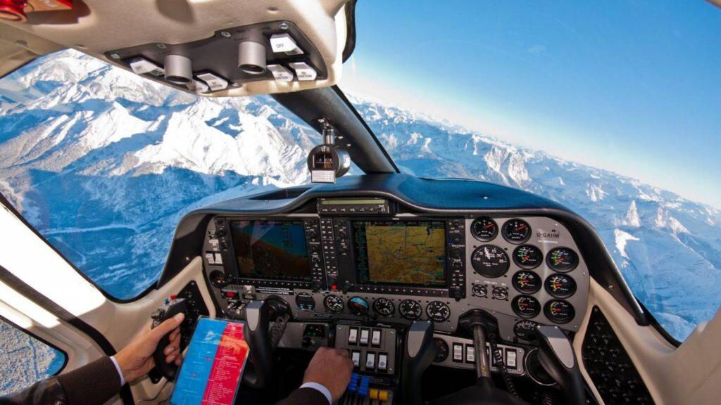 Cockpit equipado com o Garmin G1000 de duas telas.