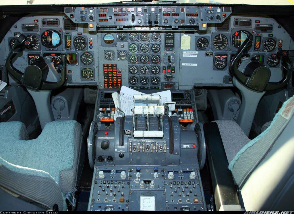 Cockpit do Tristar 500, a versão mais atualizada dele, repare no computador de voo na mesma posição de um 737 por exemplo.