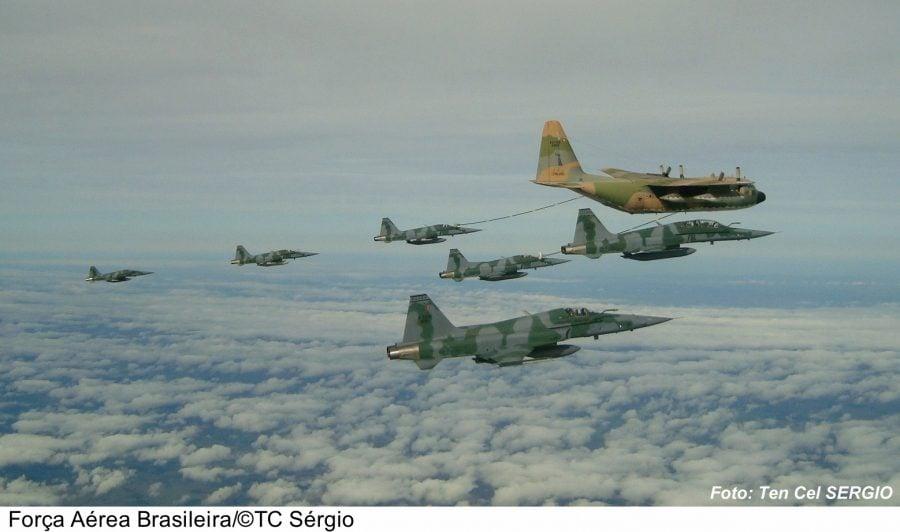 Caças F-5M reabastecendo...