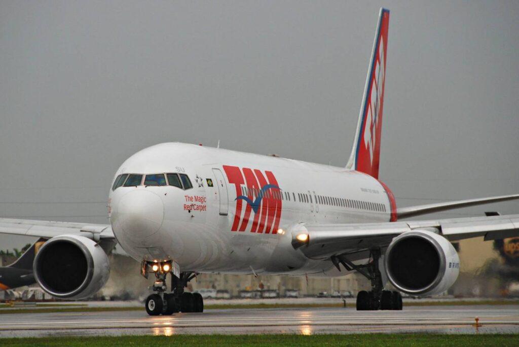 TAM_Boeing_767-300;_PT-MSU@MIA;17.10.2011_626ai_(6312568247)