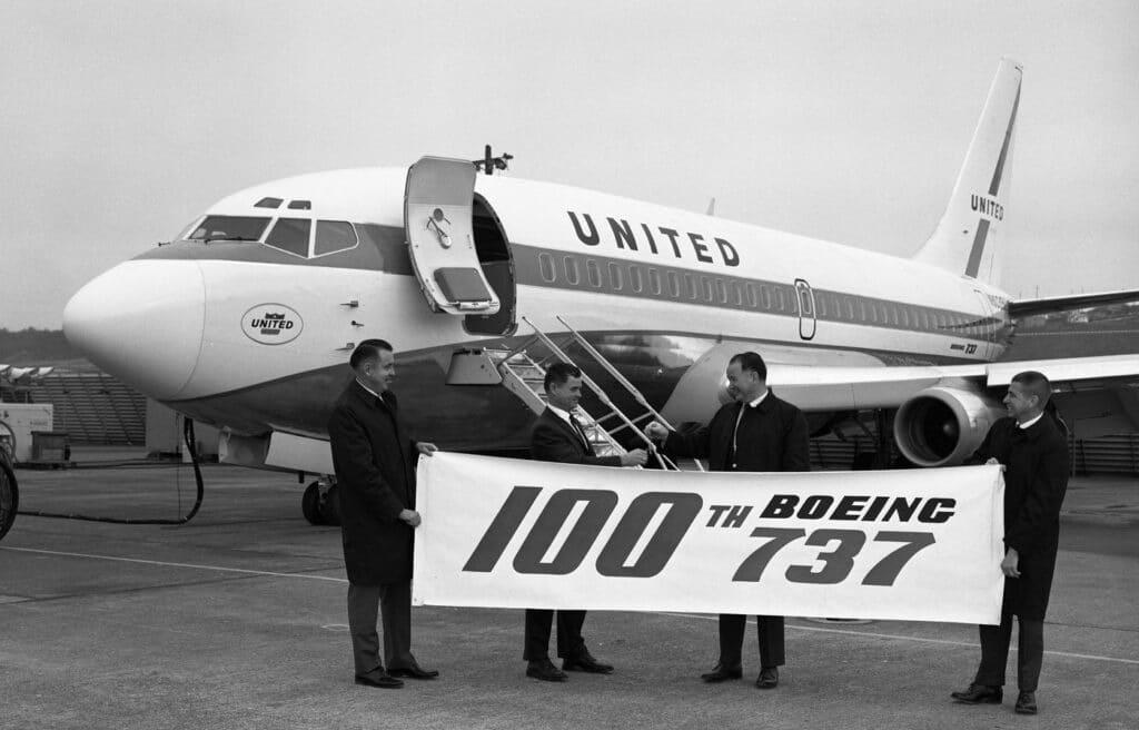 Entrega do 100º Boeing 737 fabricado para a United, cliente lançadora da série -200. Foto - Boeing
