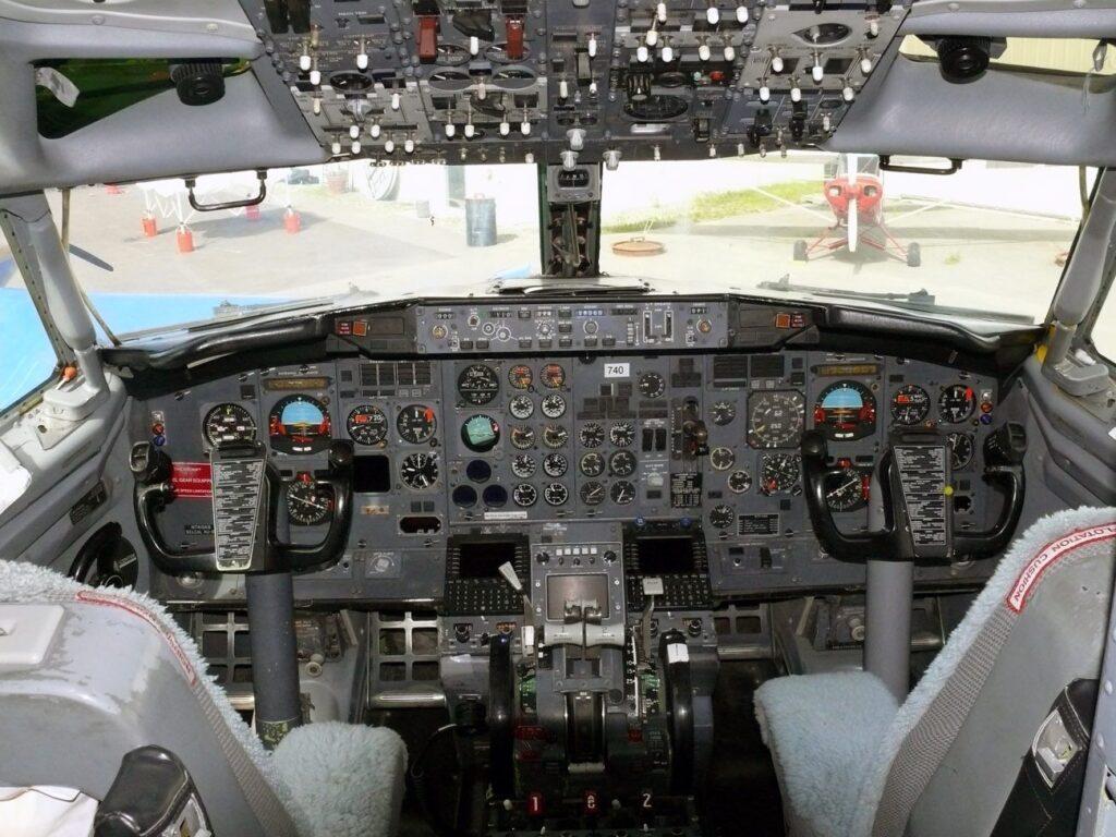 Cockpit com MDS SP177, difícil ver um com esse AP e sem FMS era item quase obrigatório para sua época.