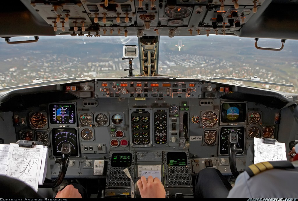 Cockpit do 737 Classic. Foto - Andrius Rybakovas