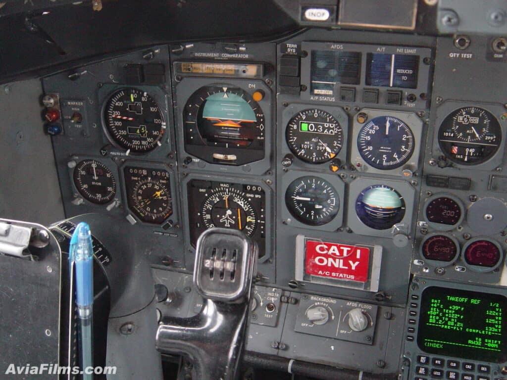 Instrumentação analógica em um 737 Classic.