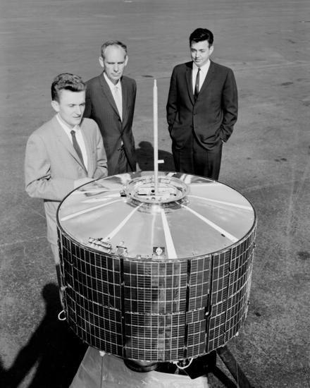 Syncom 3 e Rosen de terno preto, à direita. Foto - Boeing