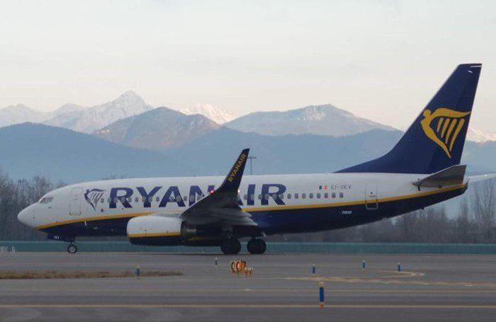 B737-700_Business_Ryanair