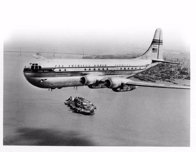 Boeing 377 da Pan Am em voo.