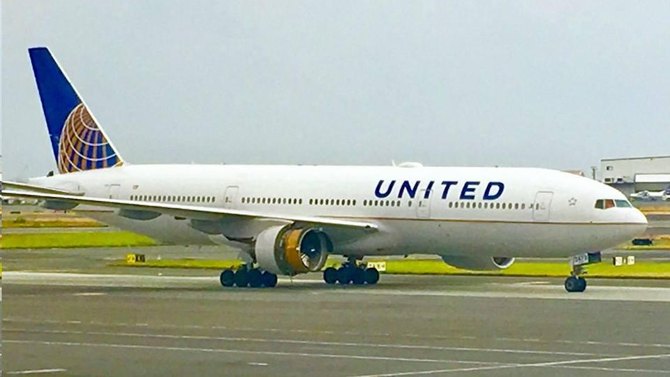 Motor de avião desfaz-se em pleno voo | VÍDEO