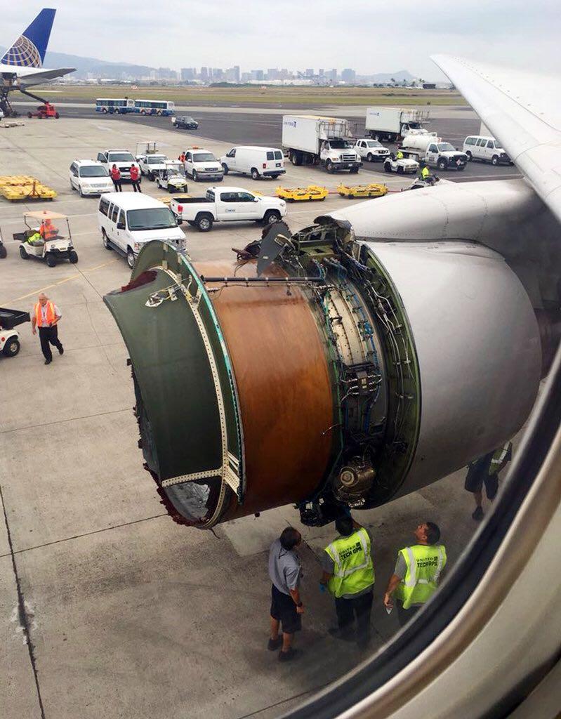 Avião fica sem motor e passageiros filmam o momento de pânico