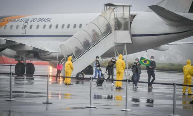 Resultado de imagem para Brasileiros resgatados na China chegam à Base Aérea de Anápolis (GO)